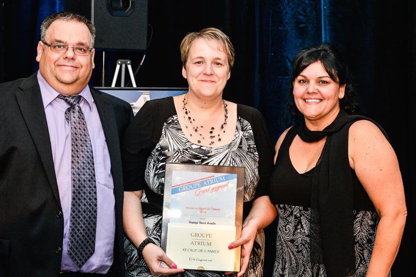 Les copropriétaires Patrick Noël et Lisette Cormier-Noël reçoivent le Trophée de «Recrue de l'année» des mains d'Isabelle Côté, vice-présidente du Groupe Atrium.