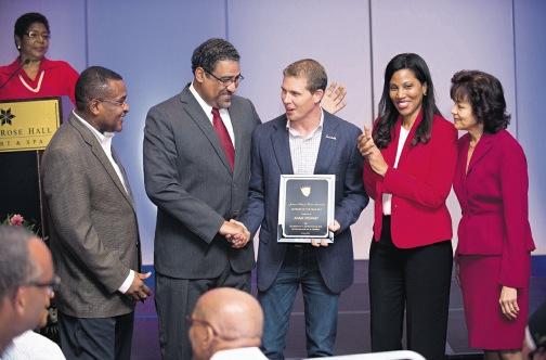 Adam Stewart de Sandals reconnu hôtelier de l'année en Jamaïque