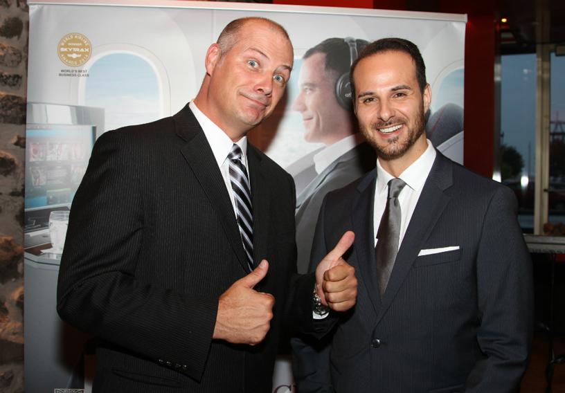 Daniel Ouellet, de Skylink, échangeait avec Steven Tuzzolino, directeur des ventes de Qatar pour l'Est du Canada.