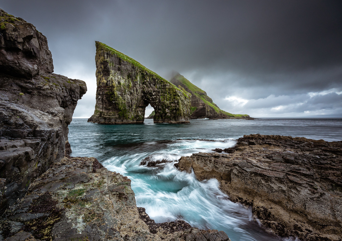 Aux îles Féroés, la mer a pris rendez-vous avec la montagne.