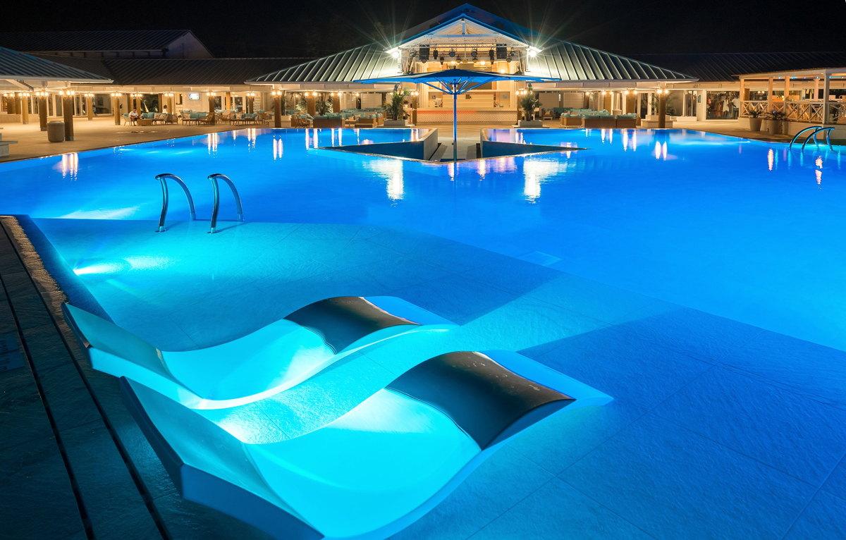 Au bord de la piscine à Turkoise, dans les îles Turques et Caïques, l'un des derniers centres de villégiature réservés aux adultes du Club Med. Photo: ClubMed.ca