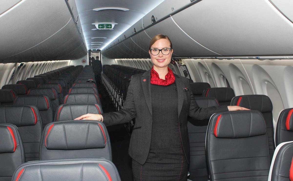 BIENVENUE À BORD. L'agent de bord d'Air Canada, Daphnee, accueille les invités à bord du nouveau A220-300.