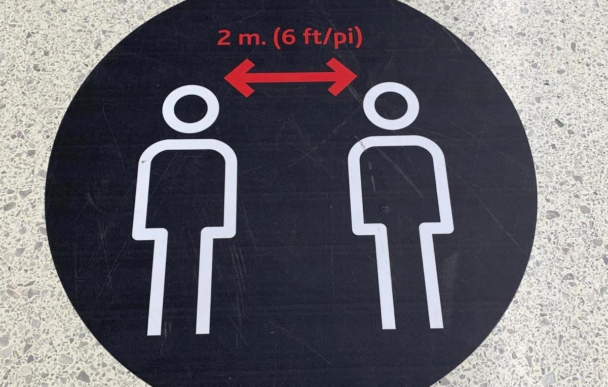 Des marqueurs au sol au sol à YYZ, rappelant aux passagers de garder leurs distances.