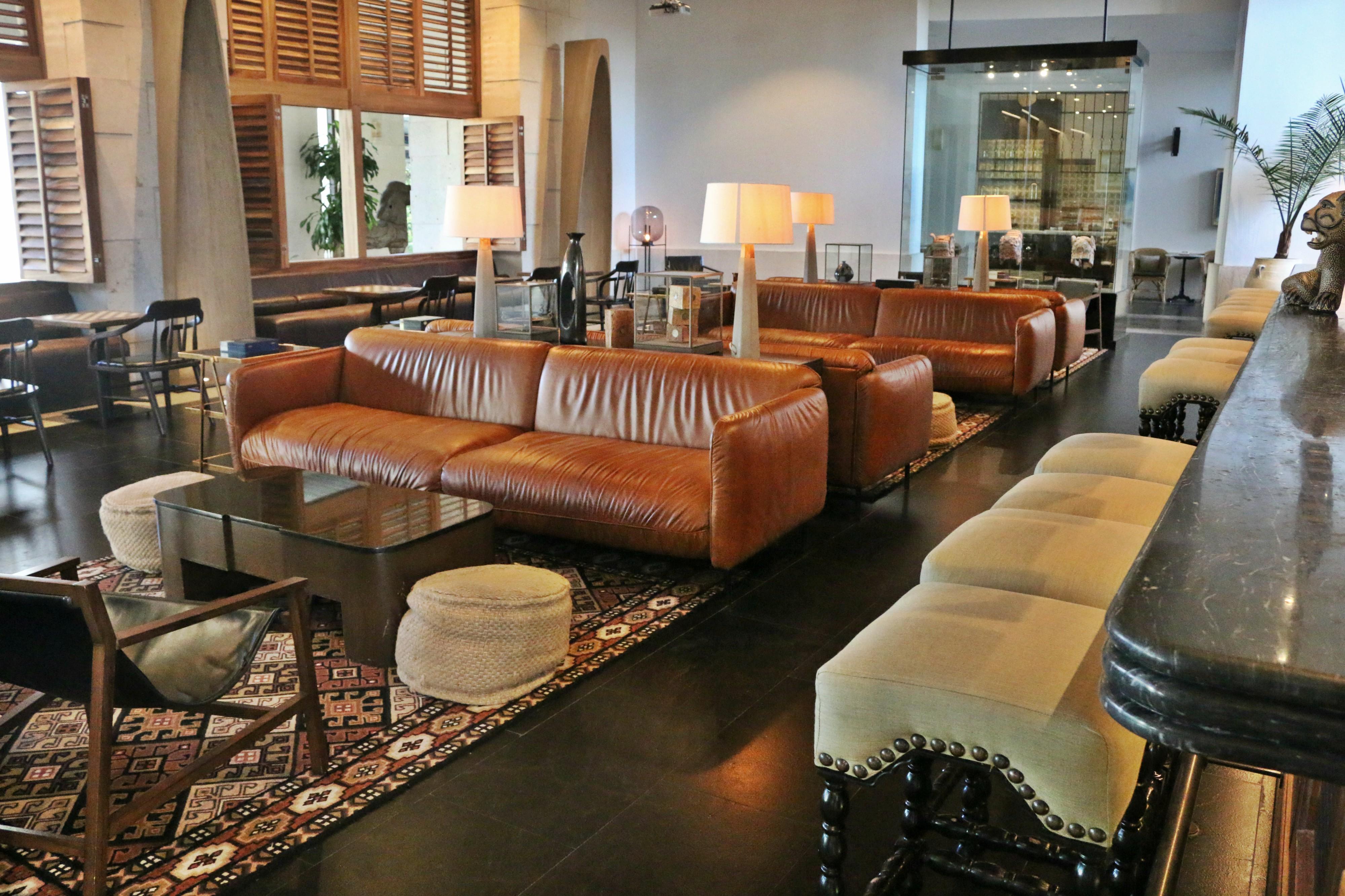 Le bar Balam et son salon sont ouverts, mais les sièges sont espacés et les boissons ne sont pas servies après 22h30. Photo: Christine Hogg pour Pax Global Media.