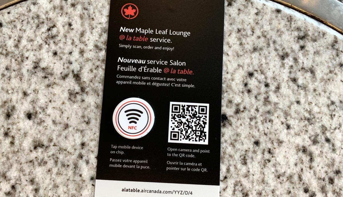 Les coins salon du salon Maple Leaf sont désormais équipés de codes QR uniques et d'étiquettes NFC, que les voyageurs peuvent numériser à l'aide de leur téléphone.