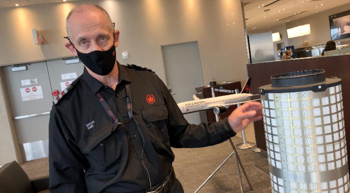 Brian Krist, ingénieur d'entretien d'aéronefs chez Air Canada, devant un filtre HEPA.