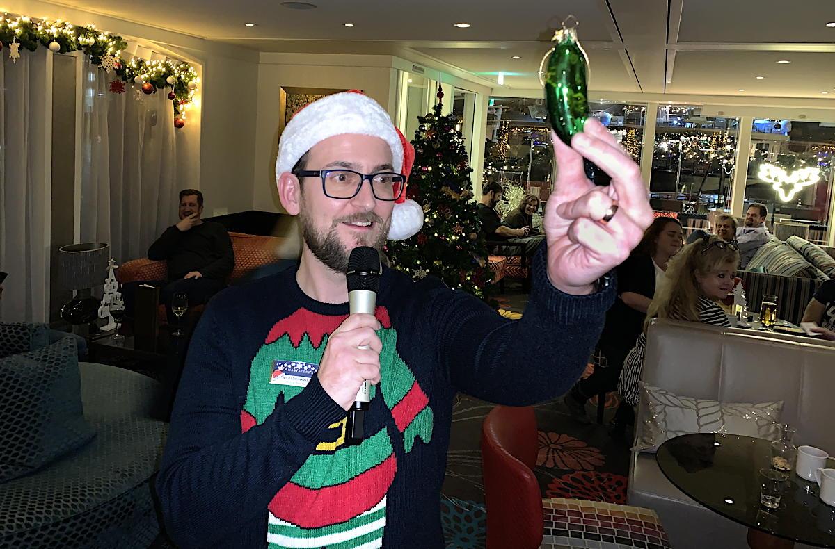 Le directeur de croisière d'AmaWaterways, Nicki Drinkwater avec le cornichon de Noël du navire.