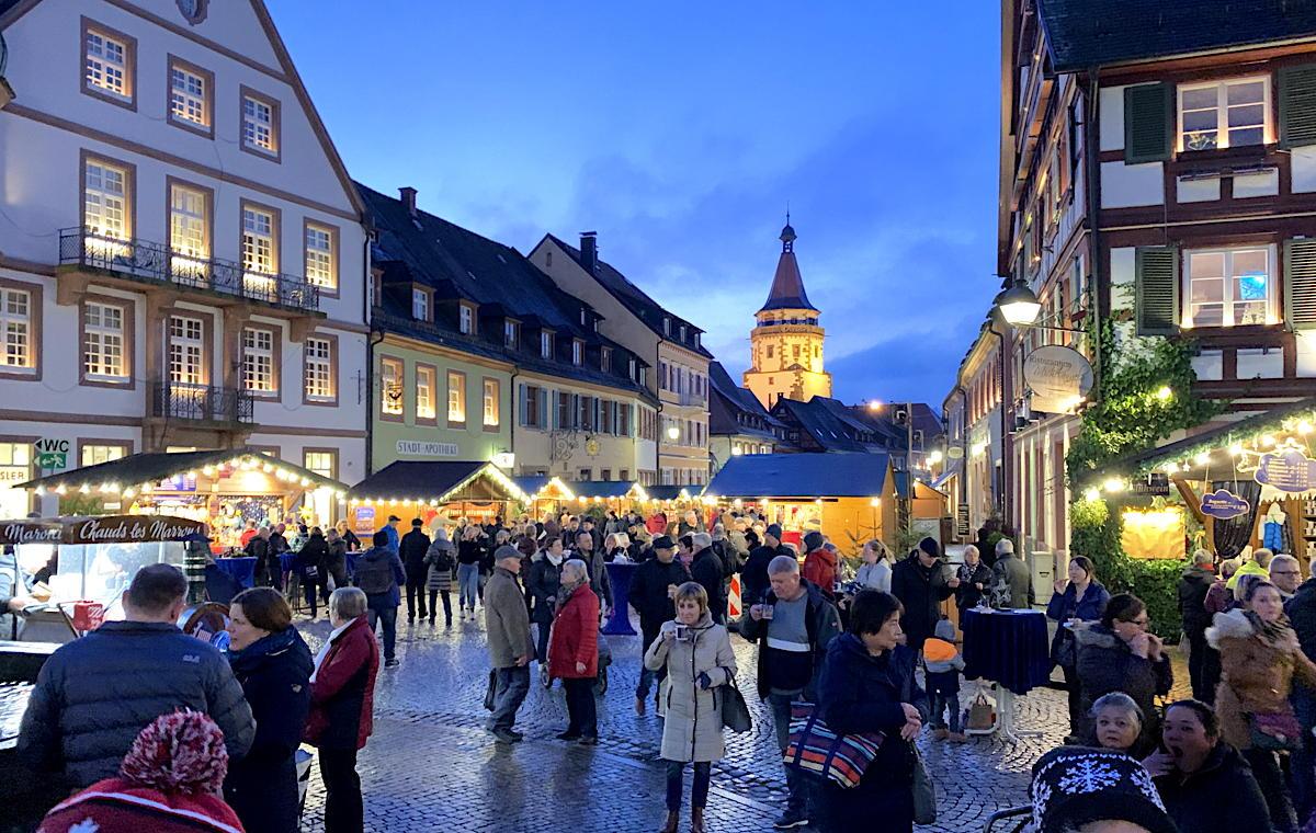 Les clients d'AmaWaterways peuvent explorer les marchés de Noël le long du Rhin, comme celui-ci à Gengenbach, en Allemagne, ci-dessus.
