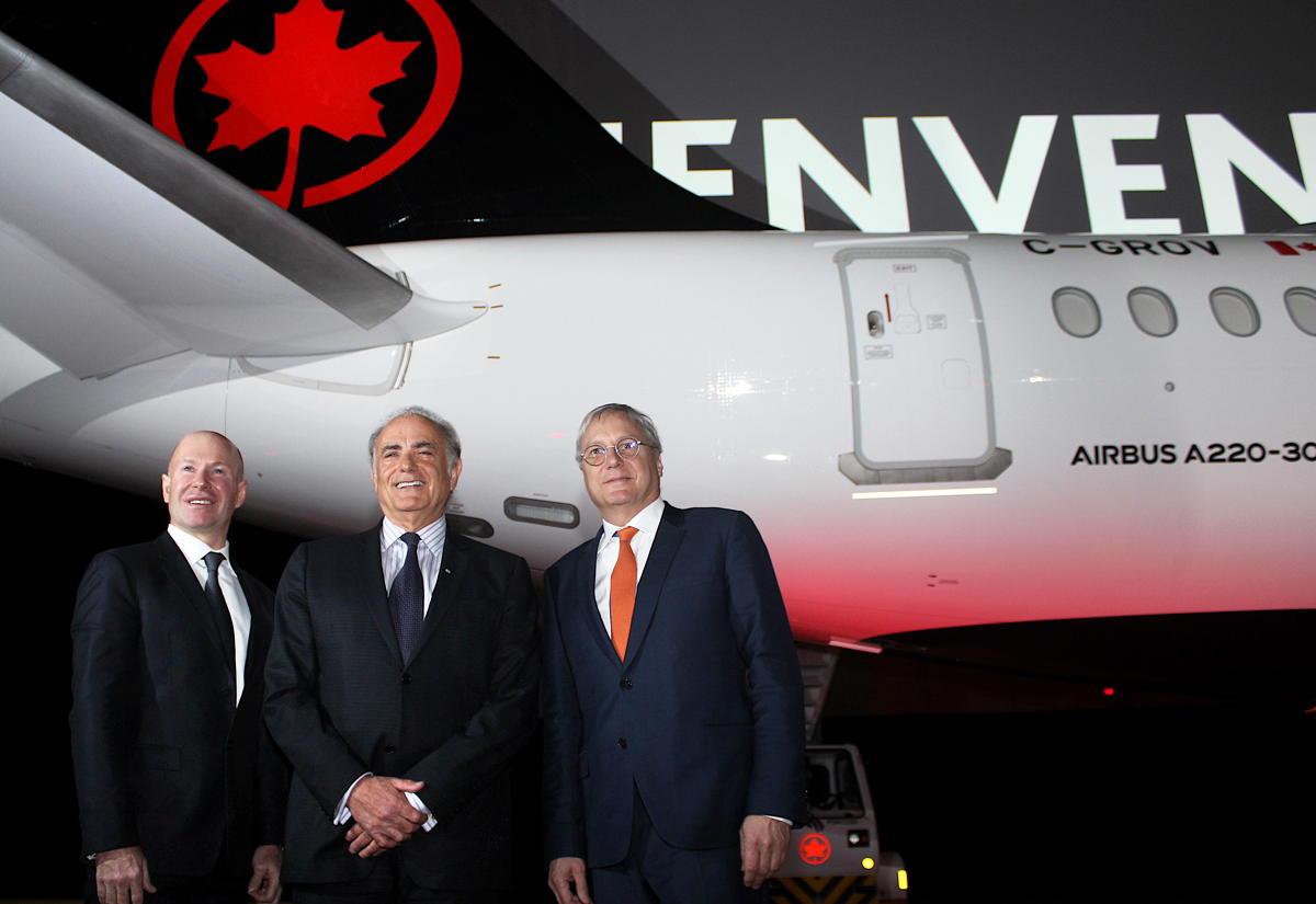 De gauche à droite : Alain Bellemare, président et chef de la direction, Bombardier; Calin Rovinescu, président et chef de la direction, Air Canada; et Christian Scherer, CCO et chef de l'international, Airbus, lors du dévoilement de l'A220-300 d'Air Canada à Montréal.