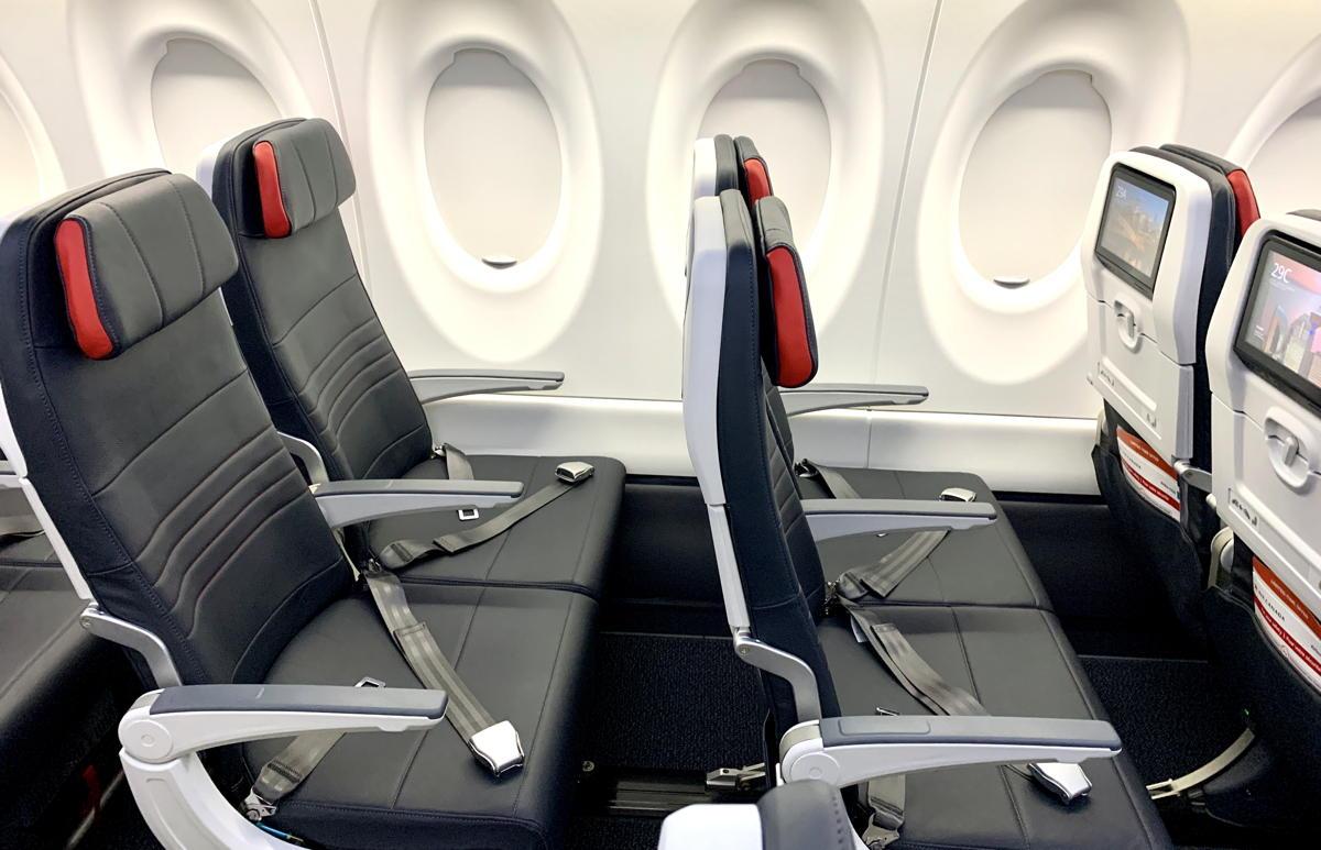 LARGEUR ET CONFORT. Les sièges de l'A220 en Economy mesurent 19 pouces de largeur, ce qui est le plus large de la flotte d'Air Canada.