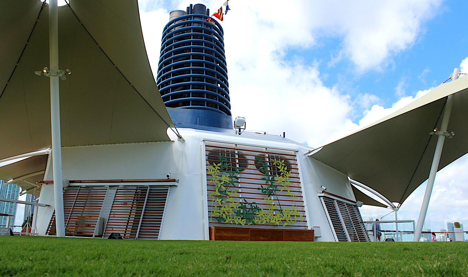 ENLÈVE TES CHAUSSURES. Le Lawn Club sur le pont supérieur du Celebrity Equinox a de la vraie herbe.