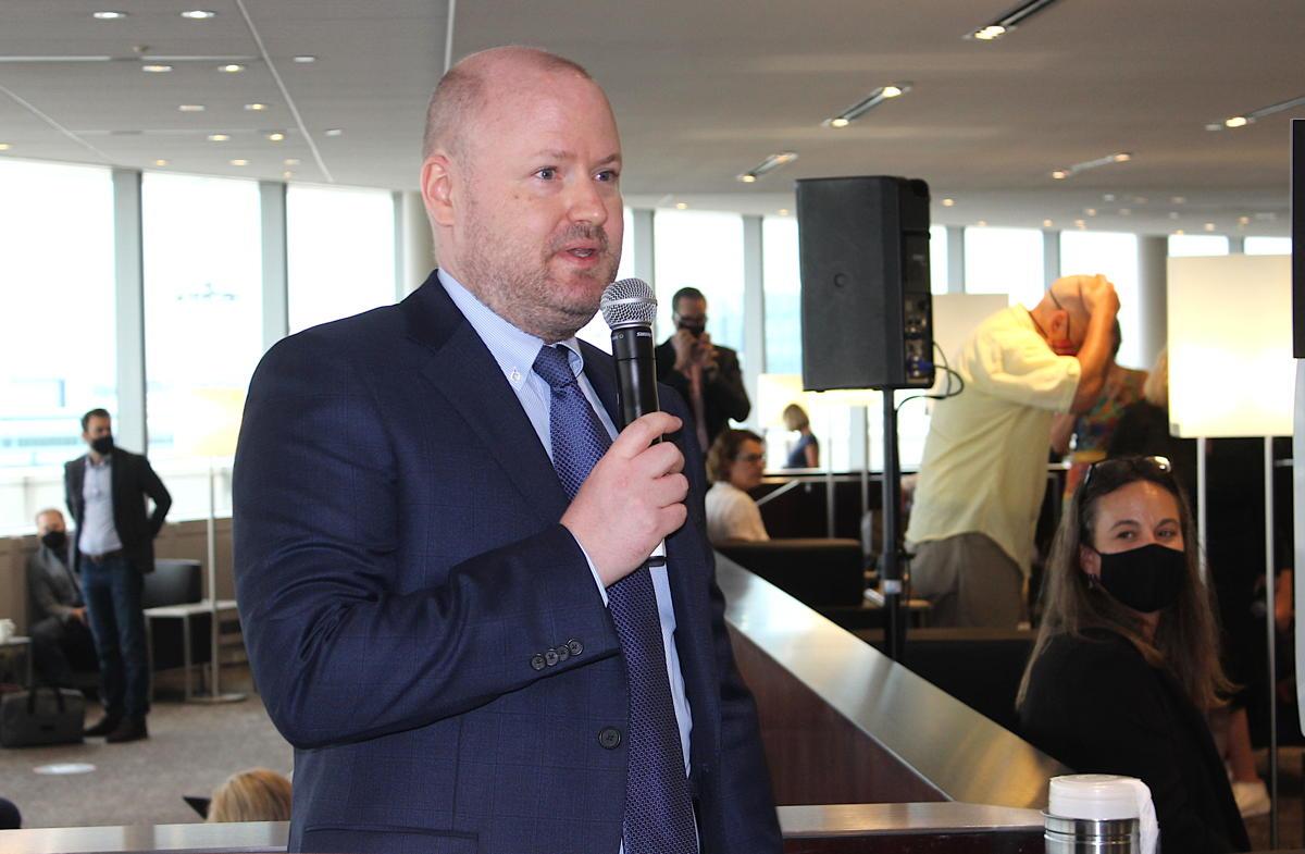 Mats Winter d'Air Canada, qui a enlevé son masque pour parler, s'adresse aux invités jeudi.