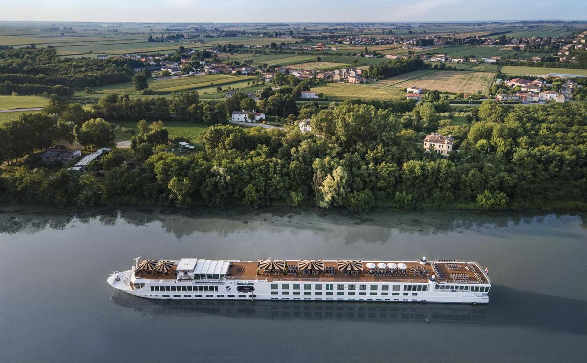 Naviguant dans le nord de l'Italie, le navire entièrement repensé incarne la beauté intemporelle du pays.