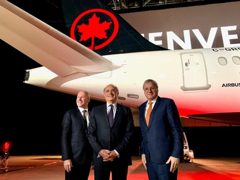 Philippe Balducchi, PDG, Airbus Canada; Calin Rovinescu, PDG, Air Canada, et Christian Scherer, CCO et chef des opérations internationales, Airbus, assistent au dévoilement officiel de l'A220-300 d'Air Canada à Montréal.