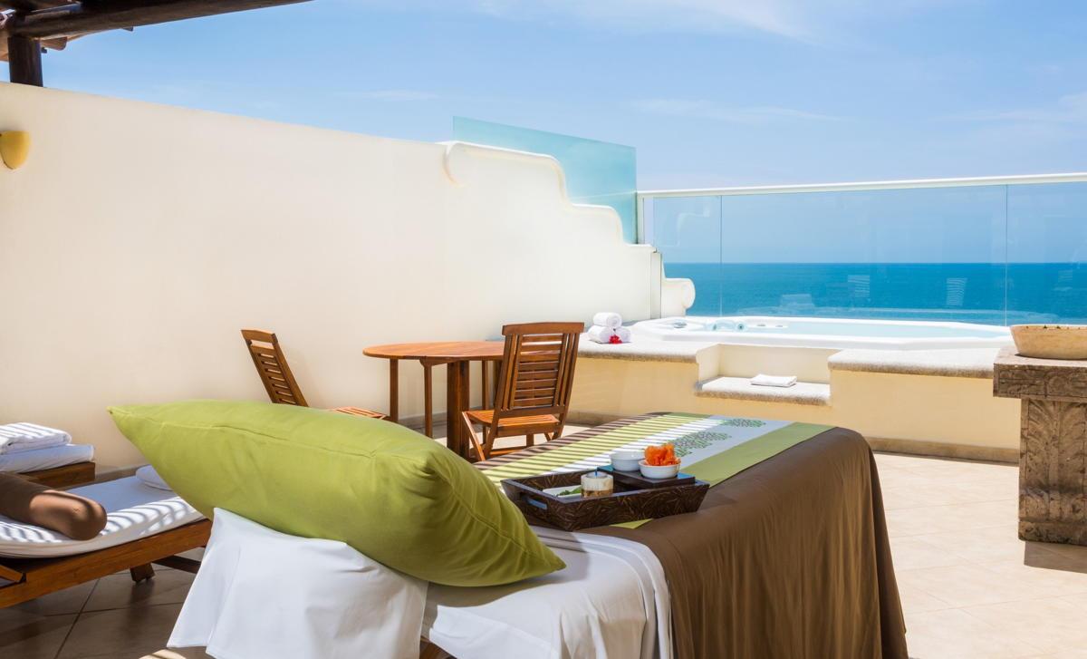 Les suites bien-être sur deux étages du Grand Velas Riviera Nayarit comprennent une terrasse privée avec jacuzzi et lits de massage (Velas Resorts).