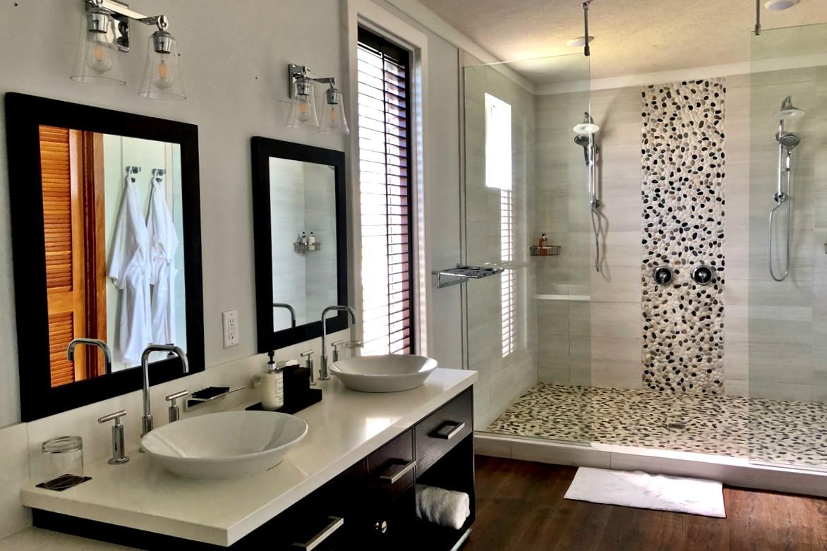 Juste à côté de la chambre principale, toutes les salles de bains sont équipées de peignoirs, de chaussons et d'une douche à l'italienne.