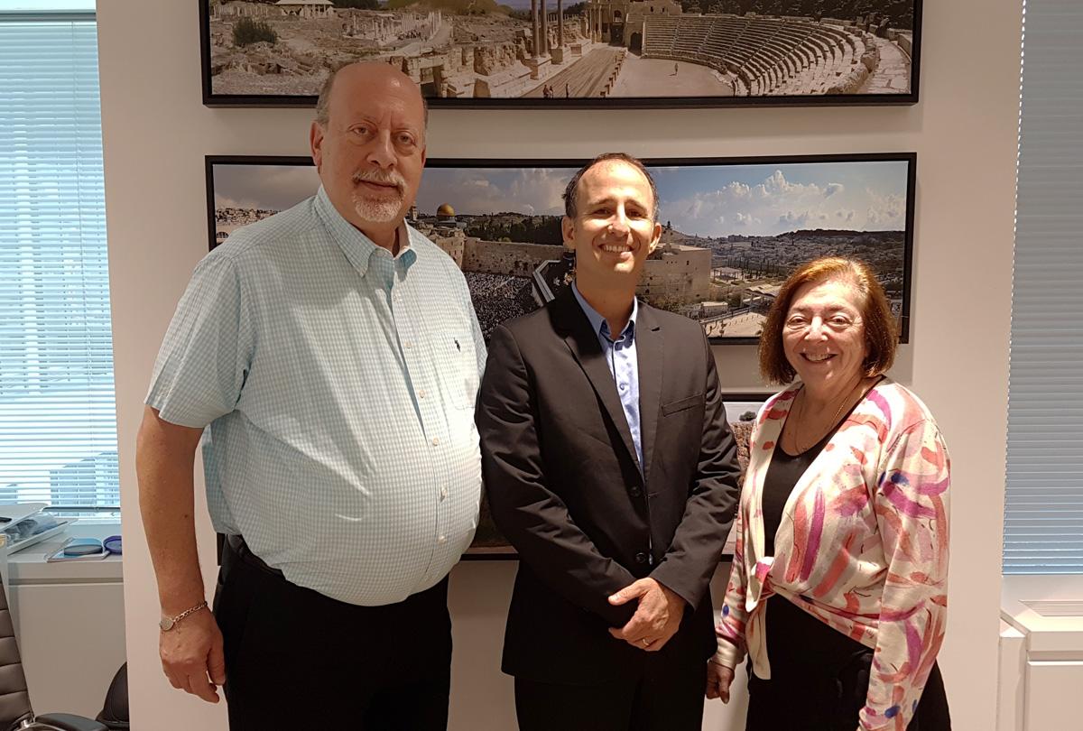 Ministère israélien du tourisme (à partir de la gauche): Jerry Adler, directeur adjoint et directeur des relations publiques et des communications; Gal Hana, consul, directeur pour le Canada; Ellen Melman, directrice des opérations et du marketing, de l'industrie du voyage, des relations avec le clergé et la communauté.