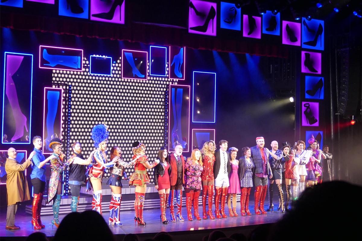 La distribution de Kinky Boots recevant une ovation après une performance remarquable.