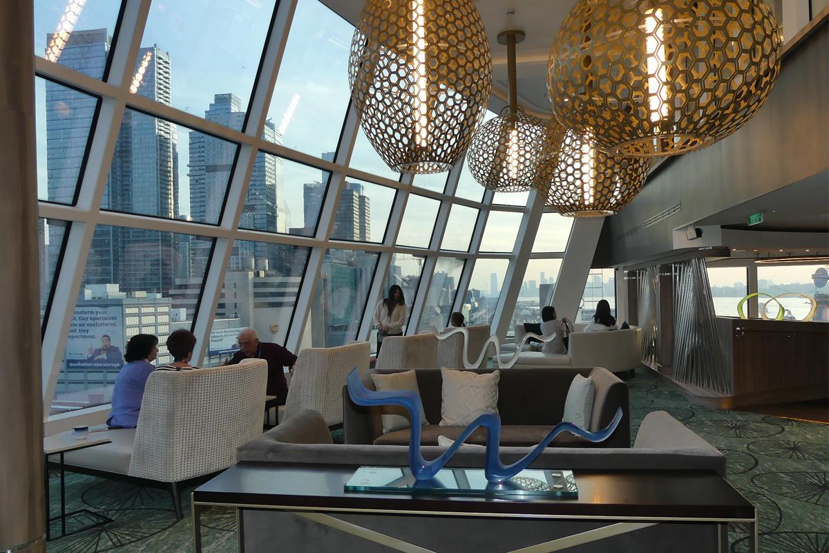 Le salon d'observation à 270 ° offre de vastes vues, des sièges confortables, des collations et un bar.