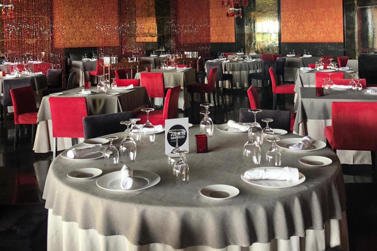 Des panneaux de signalisation ont été installés sur certaines tables à manger du Grand Velas afin de respecter les règles de distanciation sociale. Photo: Lori Gold