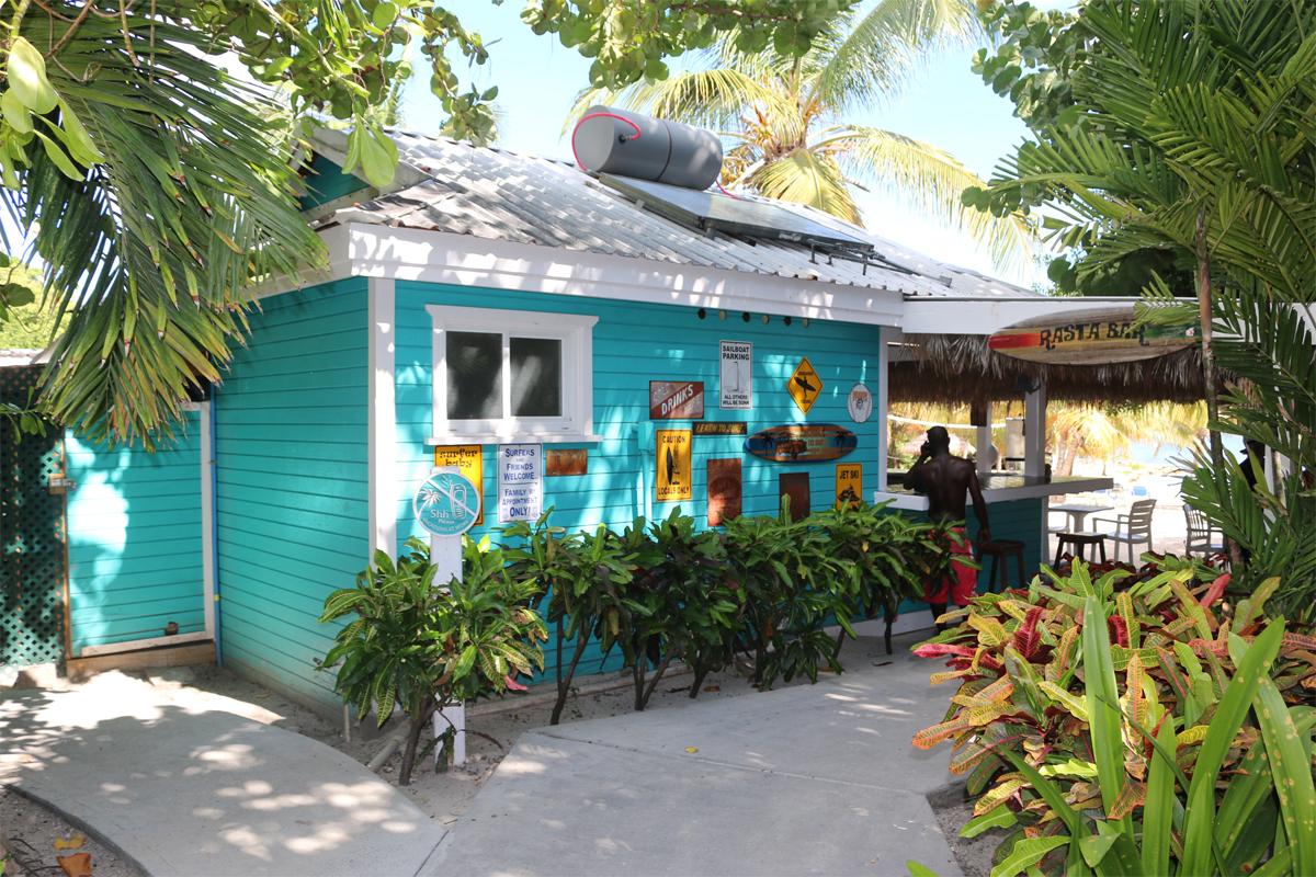 Le bar Rasta à la véranda est juste sur la plage.