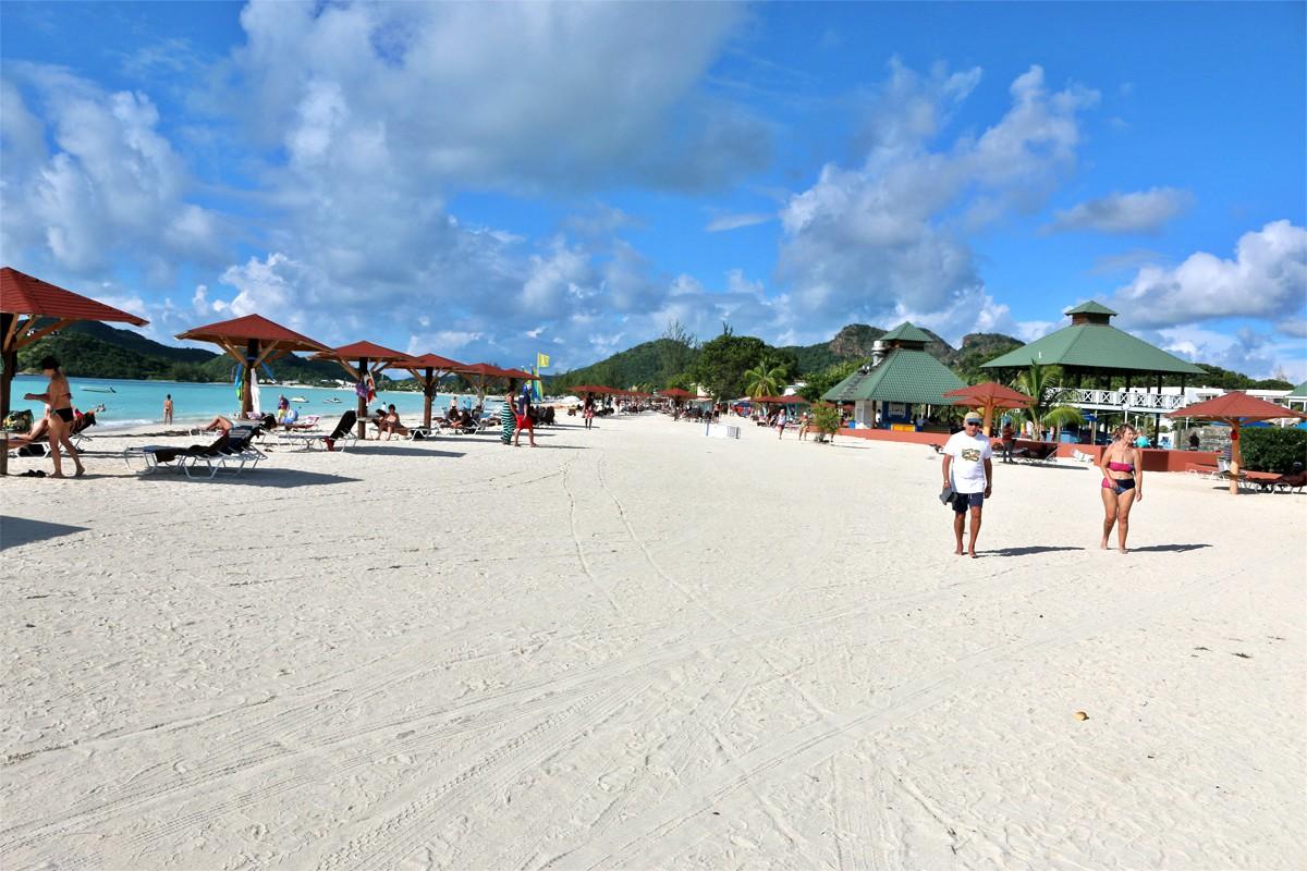 Starfish Jolly Beach possède une très longue plage, remplie de vendeurs locaux.