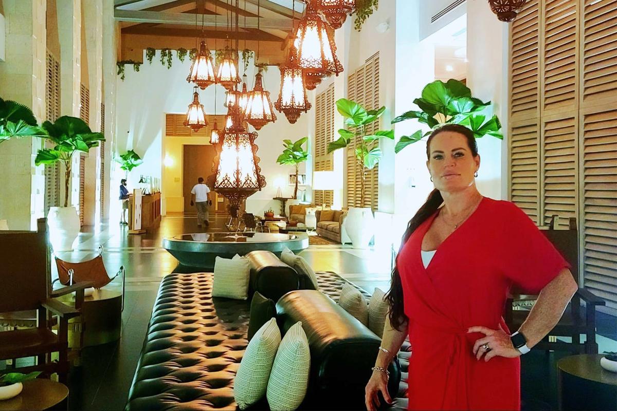 Tracie-Marie Landry, a destTracie-Marie Landry, spécialiste du mariage à destination et concepteur de voyages chez OHANA Travels, pose dans le hall de l'Unico 20º87º.