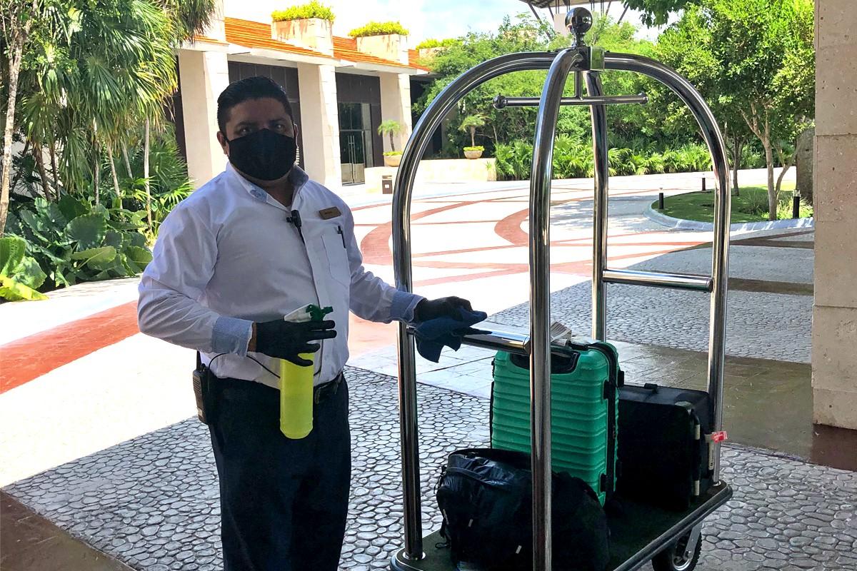 Lorsque les clients arrivent à Unico, tous les bagages personnels sont soigneusement désinfectés. Photo: Lori Gold.