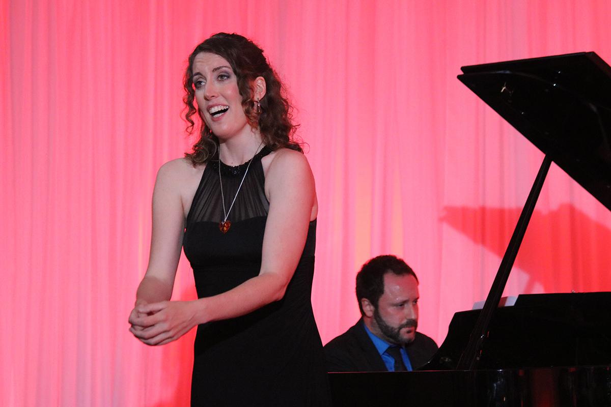 En fin de soirée, la mezzo-soprano Vivien Shotwell, accompagnée du pianiste Adam Sherkin, ont offert une performance aux invités.jpg