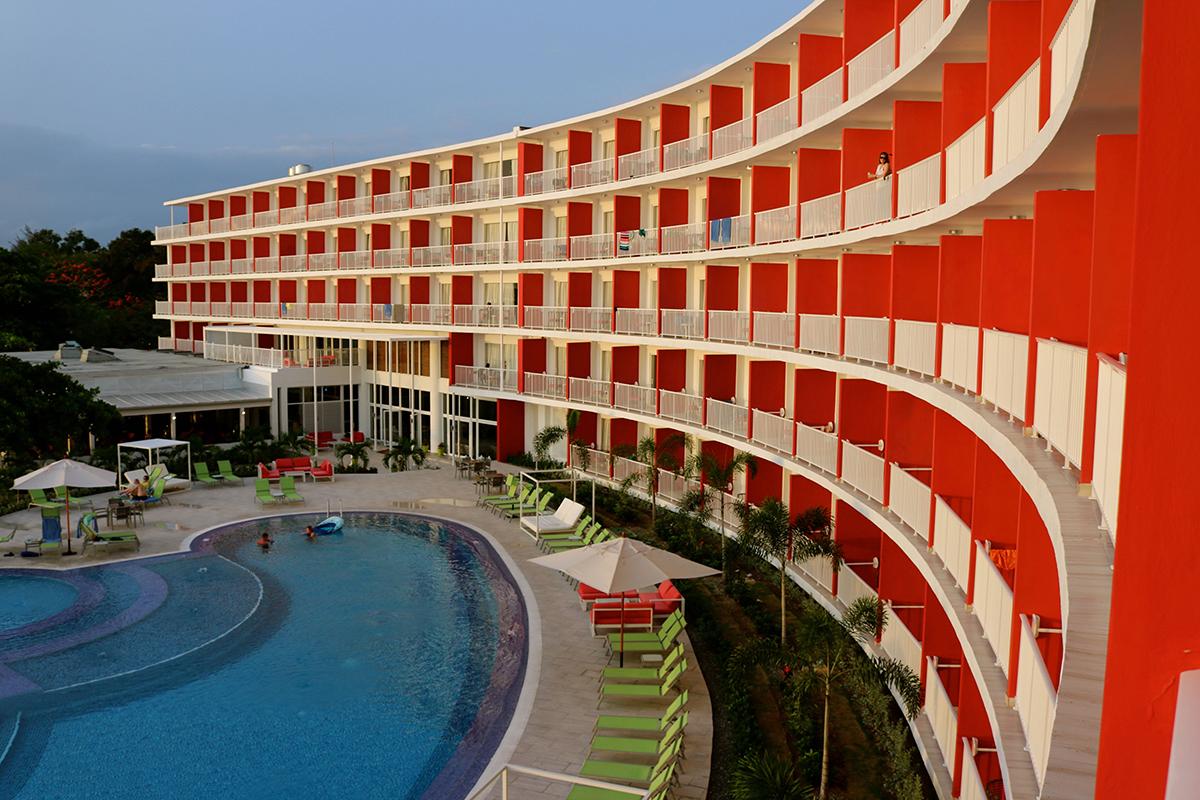 Les 146 chambres possèdent un balcon, avec vue sur le front de mer.