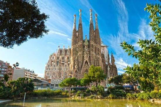 Une fourgonnette fonce sur la foule à Barcelone