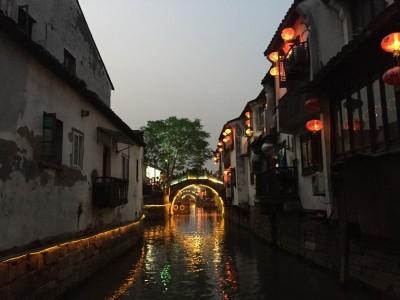 Balade sur l'eau en soirée à Suzhou en Chine
