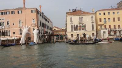 Sculture de Lorenzo Quinn:Les mains à Venise