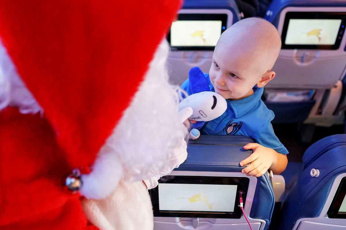 Magie et féérie : le Père Noël s'envole avec Air Transat et la Fondation Rêves d'enfants