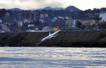 Turquie : un avion en équilibre sur une falaise
