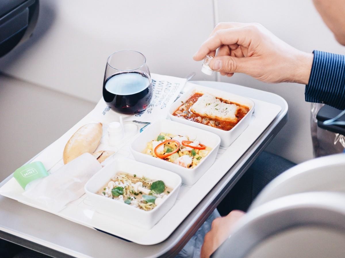 Cinq aliments à éviter en avion