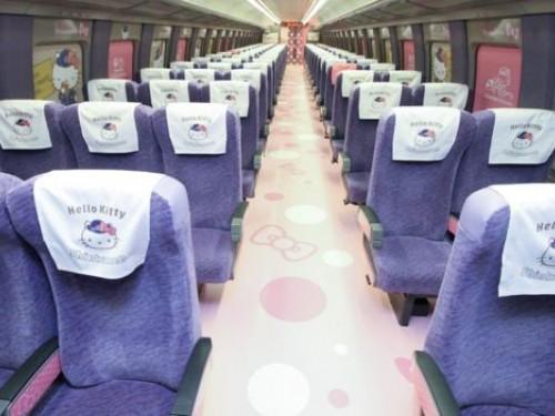 Un train très très rose inauguré au Japon
