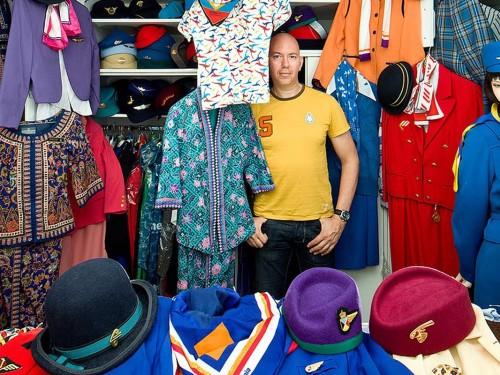 Un collectionneur pas comme les autres : il possède plus de 1400 uniformes d'agents de bord!