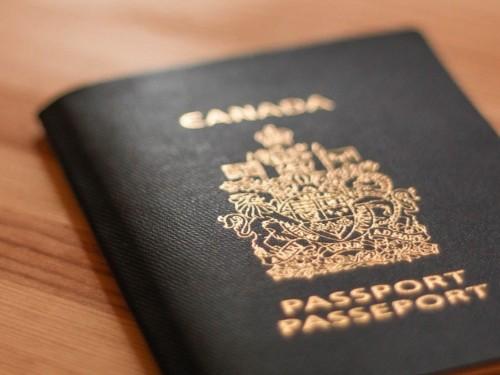 Pourquoi certains Canadiens ont un passeport blanc ?