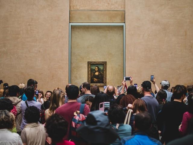Mona Lisa a été déplacée... et cela ne plait pas aux visiteurs du Louvre !