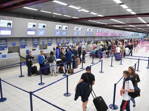 Les passagers symptomatiques refusés à bord, qu'ils soient Canadiens ou non