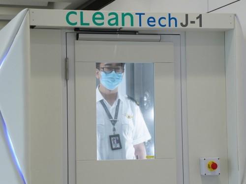 L'aéroport de Hong Kong teste des mesures de désinfections complètes pour lutter contre la COVID