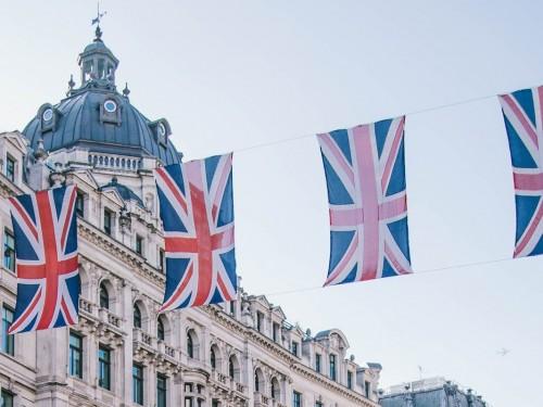 La quarantaine de 14 jours imposée par le Royaume-Uni déclenche de vives protestations