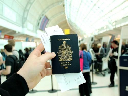 Une « faille » dans les règles frontalières révélée alors qu'Ottawa décourage les voyages internationaux?