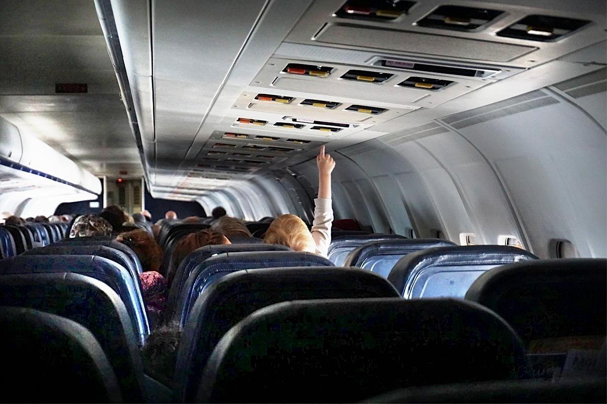 Sondage : les Canadiens pas à l'aise de prendre un vol depuis la suppression de la distance entre les sièges