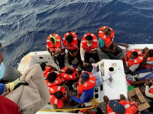 Le Carnival Sensation au secours d'un petit navire en détresse