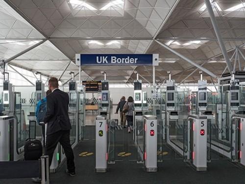 En Grande-Bretagne, la quarantaine passera de 14 à 5 jours pour certains voyageurs